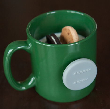 magnetic hands free cookie dunking device